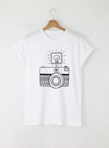 Camera A Дамска бяла тениска с дизайнерски принт